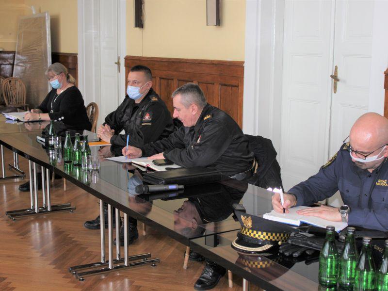 Na zdjęciu członkowie Gminnego Zespołu Zarz adzania Kryzysowego podczas posiedzenia w sali obrad UM. Na fotografii przedstawiciele służb mundurowych - straży pożarnej i straży miejskiej