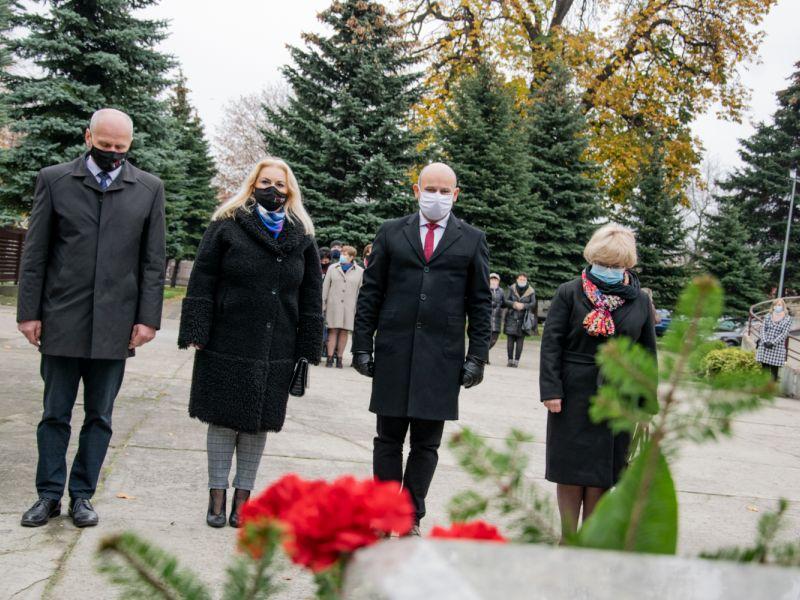 Na zdjęciu widać delegację władz  miasta po złożeniu kwiatów pod Pomnikiem Nieznanego Żołnierza z okazji Narodowego Dnia Niepodległości