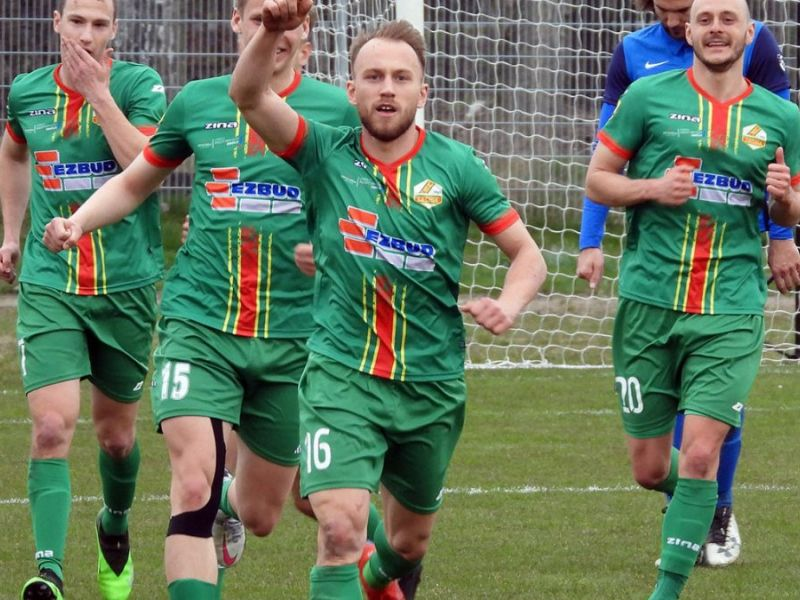 Na zdjęciu piłkarze Lechii triumfujący po zdobyciu bramki. Piłkarze w zielonych koszulkach, w tle siatka bramki