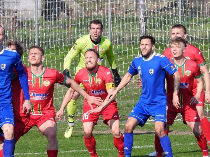Na zdjęciu piłkarze podczas meczu. W tle bramka i bramkarz