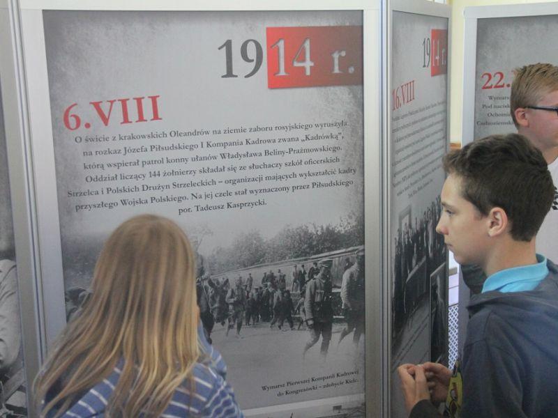 """Setki osób na otwarciu wystawy """"W drodze do niepodległości"""" [ZDJĘCIA]"""