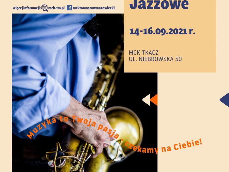 Plakat warsztatów jazzowych. na fotografii saksofomn trzymany wrękach przez saksofonistę