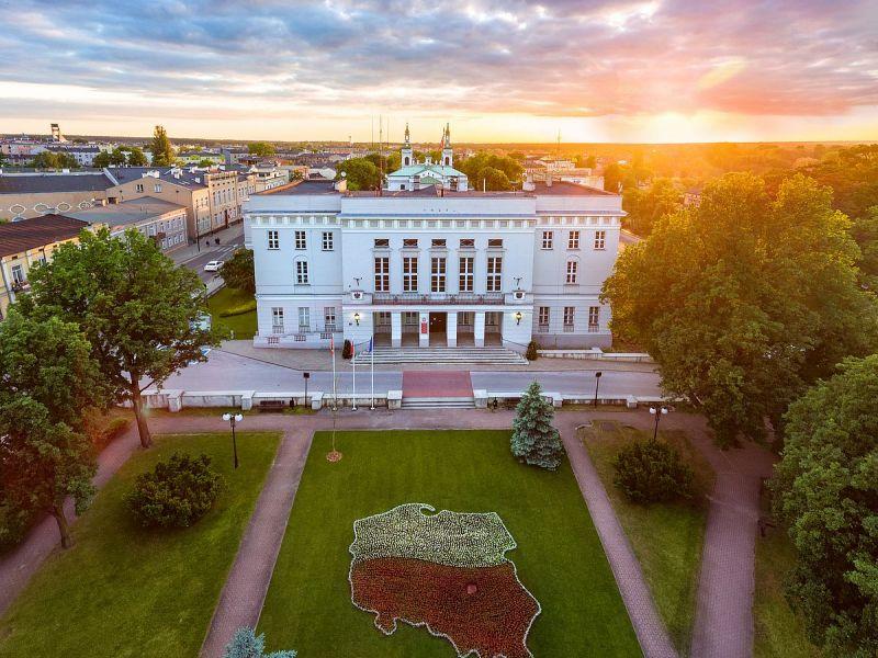 Na zdjęciu budynek Urzędu Miasta w Tomaszowie Mazowieckim. Zdjęcie wykonane z drona.