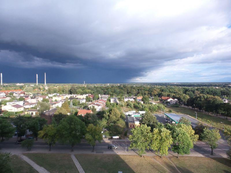 Na zdjęciu panorama Tomaszowa Mazowieckiego na tle zachmurzonego nieba
