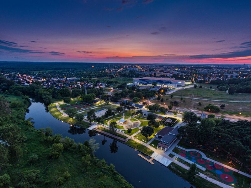 wieczór panorama zieleń rzeka oświetlone budynki
