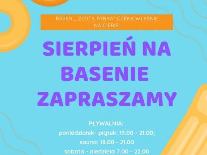 Na zdjęciu plakat reklamujący godziny otwarcia basenu w sierpniu. na plakacie informacja tekstowa, plakat w kolorze turkusowym