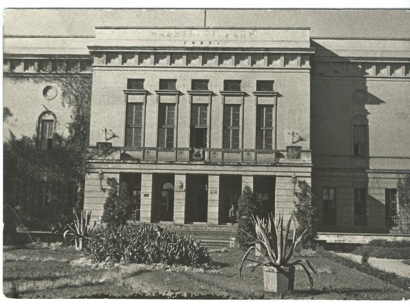 Na zdjęciu fotografia gmachu ratusza miejskiego, orginalnie widokówka z 1964 r.
