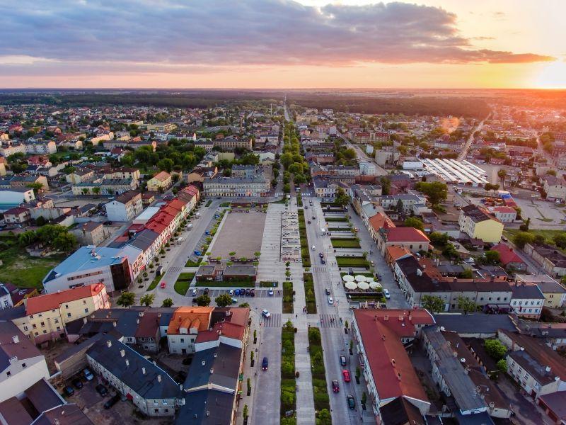 Zdjęcie przedstawia plac Kościuszki z lotu ptaka o wschodzie słońca
