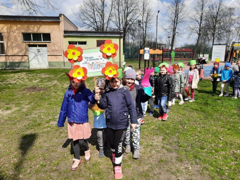 Na zdjęciu dzieci maszerujące z transparentem