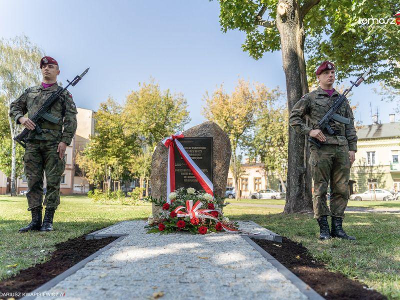Na zdjęciu obelisk poswięcony K. Juszczykowskiej na skwerze Tuwimów, przy obelisku warta homnorowa
