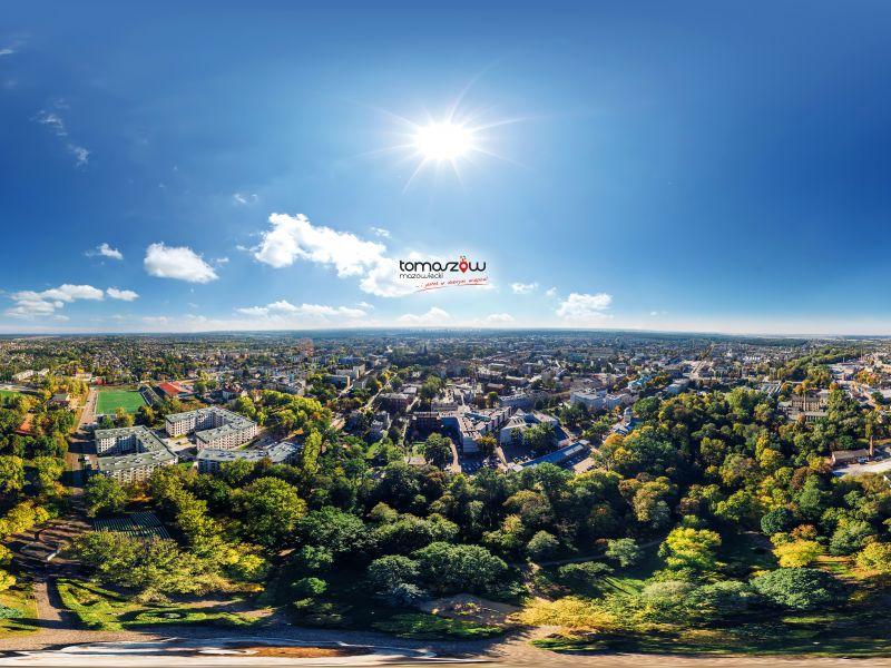 Na zdjęciu panorama Tomaszowa Mazowieckiego z drona. Na zdjęciu widać dachy budynków i ulice