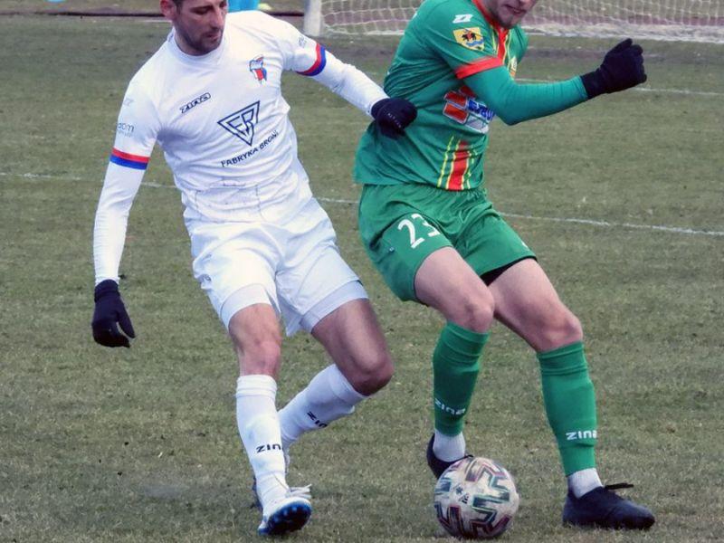 Na zdjęciu piłkarze podczas meczu w walce o piłkę na boisku
