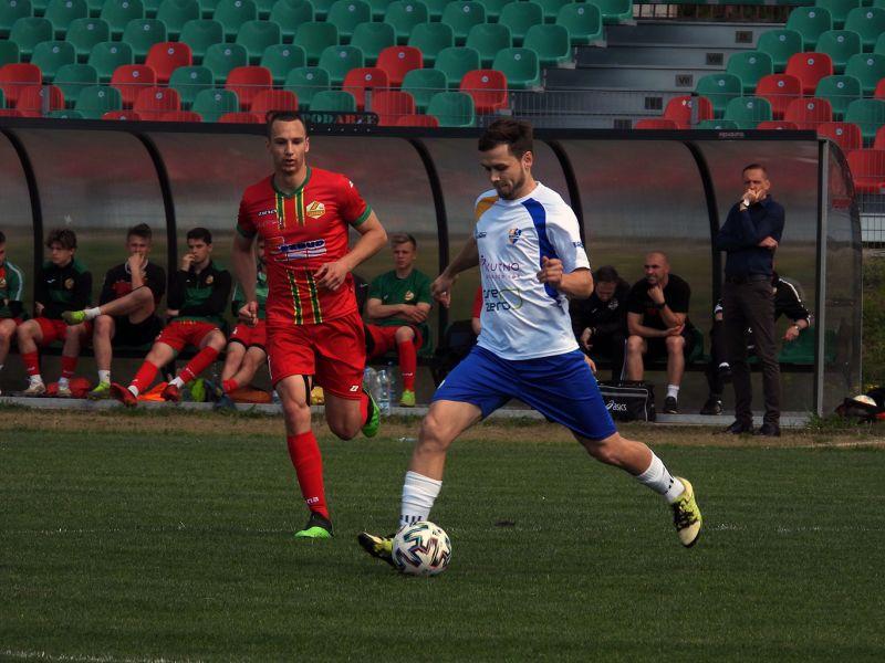 Na zdjęciu dwóch piłkarzy podczas walki o piłkę