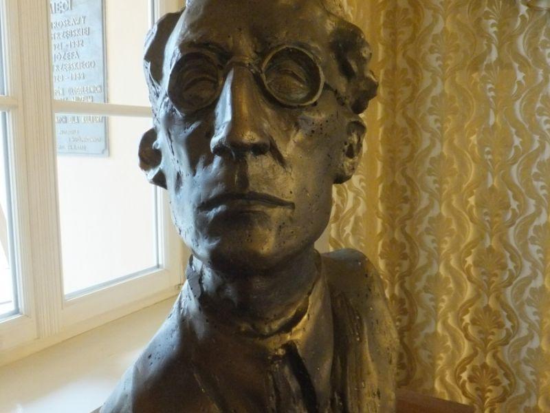 Na fotografii popiersie Tadeusza Seweryna wykonane przez rzeźbiarza Jarosława Luterackiego. Popiersie znajduje się w tomaszowskim muzeum