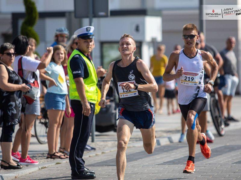 Na zdjęciu zawodnicy wbiegający na plac Kościuszki podczas 38. biegu im. Bronisława Malinowskiego