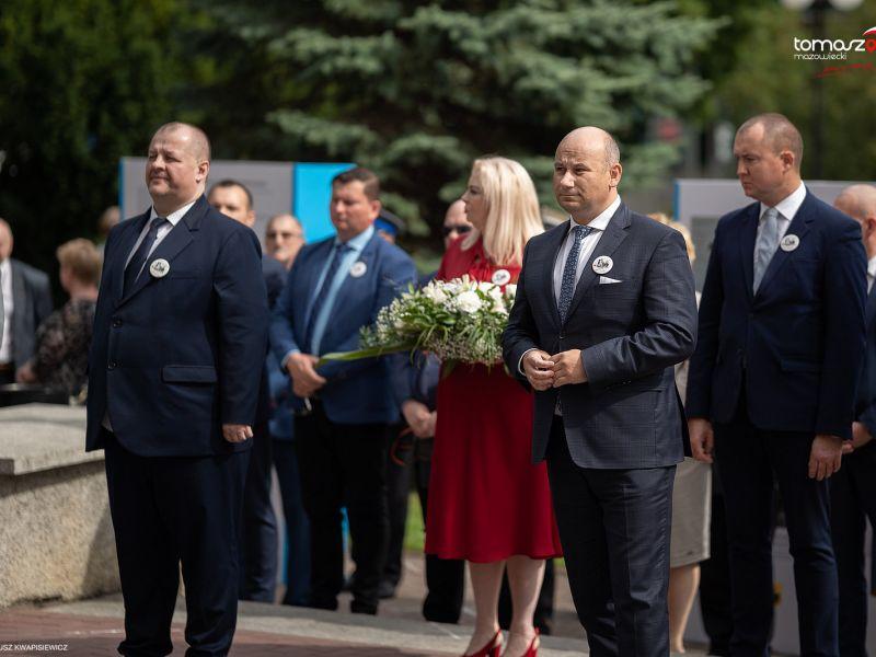 Na zdjęciu widać prezydenta Tomaszowa Mazowieckiego oraz starostę tomaszowskiego