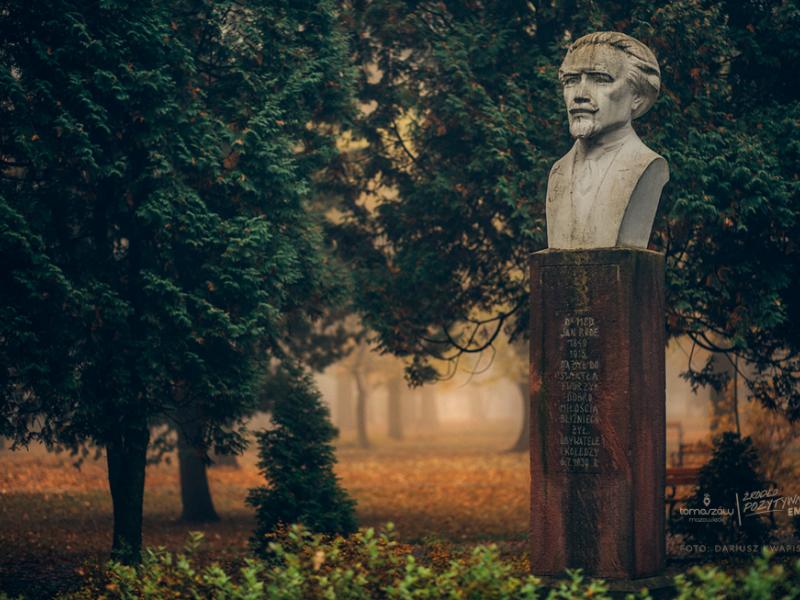 Na zdjęciu popiersie znanego tomaszowskiego lekarza dr Jana Serafina Rode, ktore stoi w parku jego imienia