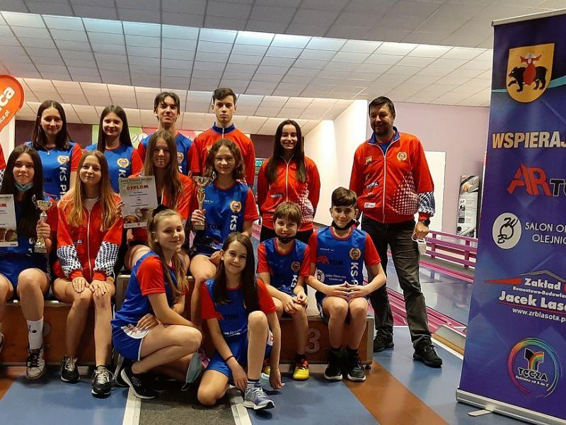 Na zdjęciu kręglarze KS Pilica podczas turnieju we Wronkach. Zdjęcie grupowe