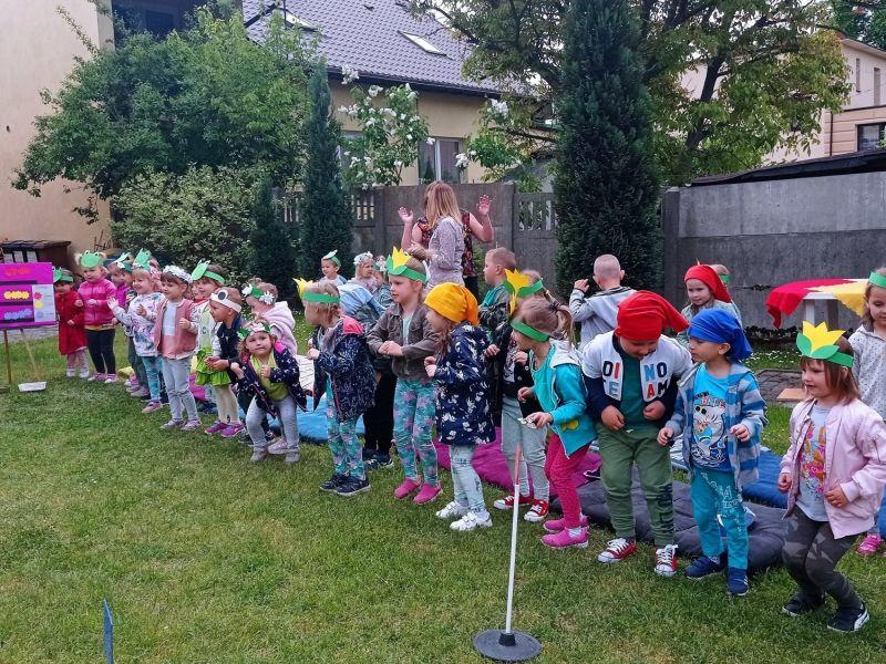 Na zdjęciu dzieci z przedszkola nr 10 podczas ekologicznegom dnia dziecka. Zdjęcie grupowe, dzieci w ekologicznych, zielonych wianuszkach