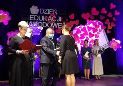 Na zdjęciu Dzień Edukacji Narodowej. Prezydent gratuluje nauczycielom na scenie
