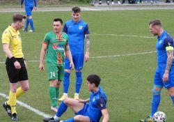 Na zdjęciu piłkarze Lechii podczas meczu ligowego. Na zdjęciu jeden z piłkarzy leży na murawie po faulu.