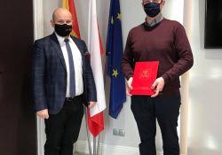 dwaj mężczyźni w maskach w tle flagi