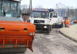 Na zdjęciu ciężki sprzęt drogowy podczas wylewania nawierzchni asfaltowej na ulicy Borek