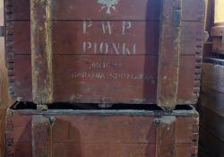 Skarby tomaszowskich placówek: dwie drewniane skrzynie